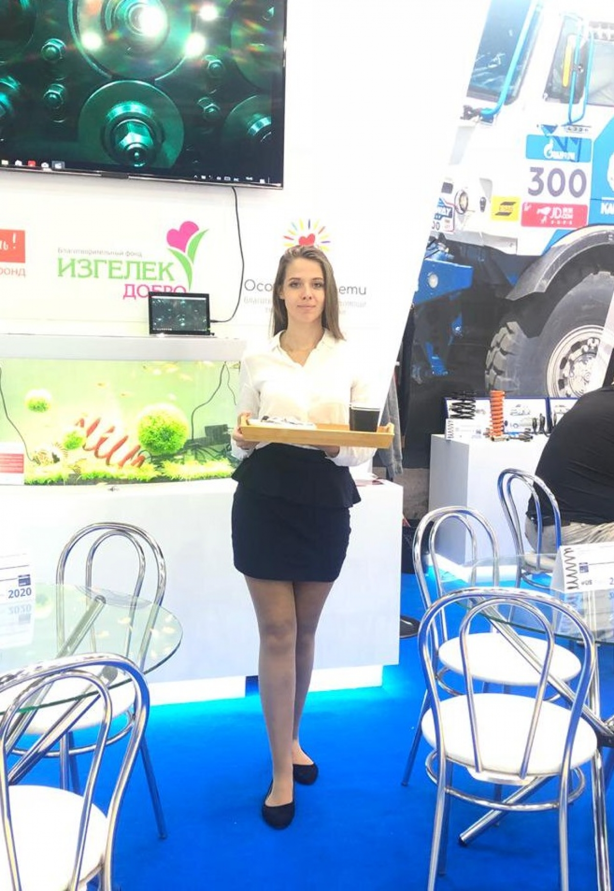 Выставка MIMS Automechanika 2019. Официантка